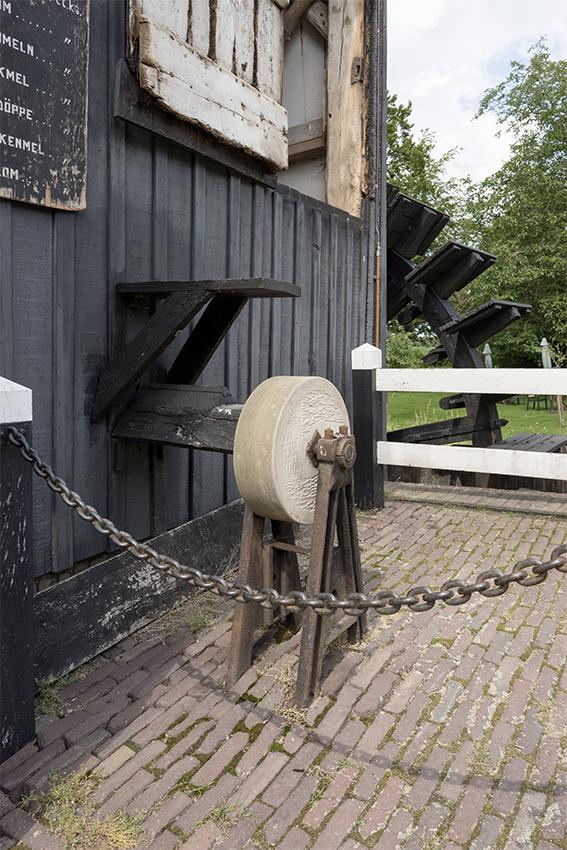 Den Haller, Diepenheim, Marcel van Nies (26-7-2020)De door de molen aangedreven slijpsteen. | Database Nederlandse molens