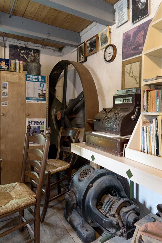 Den Haller, Diepenheim, Marcel van Nies (26-7-2020)De elektromotor is nog aanwezig, maar is niet meer in bedrijf. | Database Nederlandse molens