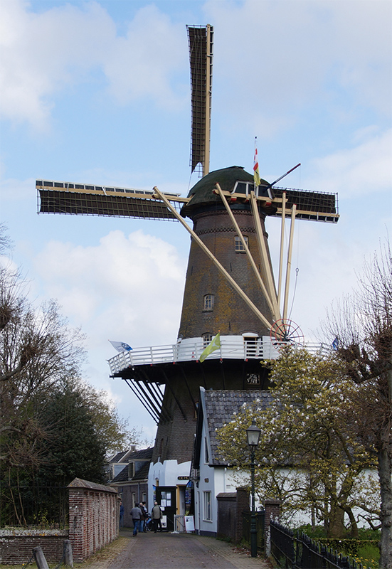 De Hoop, Loenen aan de Vecht, Matthieu Hoogduin (13-4-2019)Gezicht op de molen vanaf de Dorpsstraat ter hoogte van een hofje. | Database Nederlandse molens