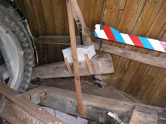 De Lelie, Elkerzee / Scharendijke, Willem Jans (3-9-2005)De zeer korte, boven het voeghout aangebrachte vangbalk. Op deze foto is de vang gelicht.    Database Nederlandse molens