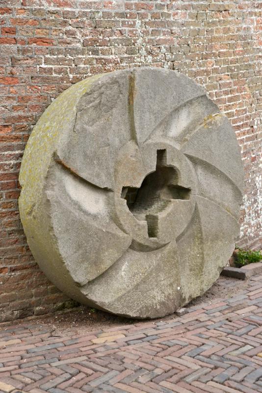 De Koornbloem, Goes, Rob Pols (13-7-2017)Een naast de molen staande oude pelsteen. | Database Nederlandse molens