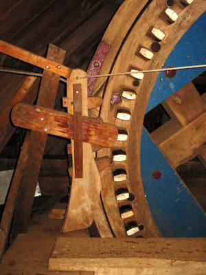Den Haas, Zierikzee, Rob Pols (6-8-2005)Links de pal, rechts het bovenwiel met de bijzondere blauw geschilderde plooistukken.    Database Nederlandse molens