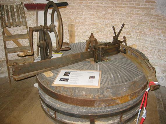 (grondzeiler), Zoutelande, De scherpmachine, opgesteld op een oud blauw koppel stenenDennis Bommeljé  (10-9-2004).   Database Nederlandse molens