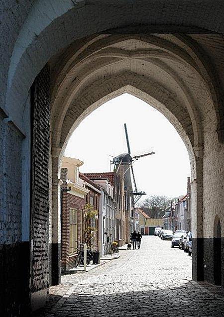 De Hoop, Zierikzee, Frits Kruishaar (21-4-2012). Doorkijkje onder de Nobelpoort. | Database Nederlandse molens