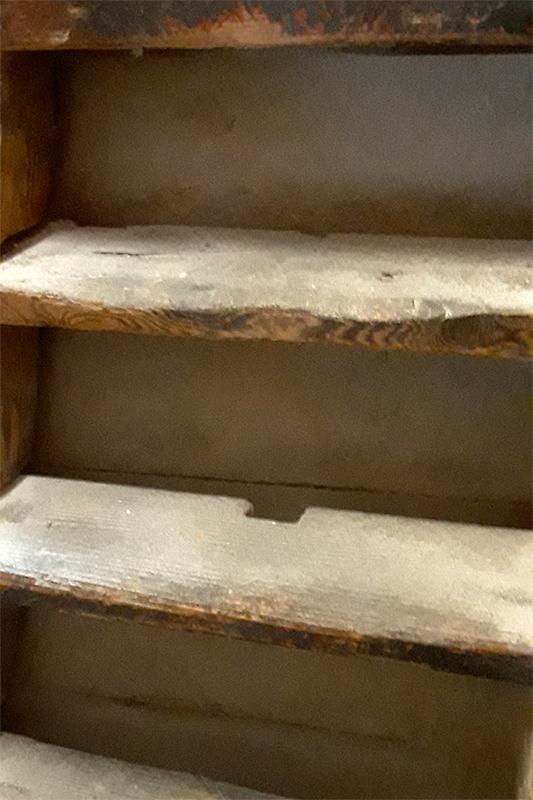 De Hoop, Ouddorp, Robert Van't Geloof (31-08-2020)De trap naar de maalzolder is gemaakt van oude houten molenroeden in de treden zitten de hekgaten nog | Database Nederlandse molens