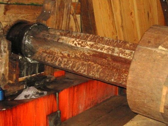 De Vrijheid, Schiedam, Rob Pols (25-4-2004)Het voorste gedeelte van de befaamde Nolet-bovenas.  | Database Nederlandse molens