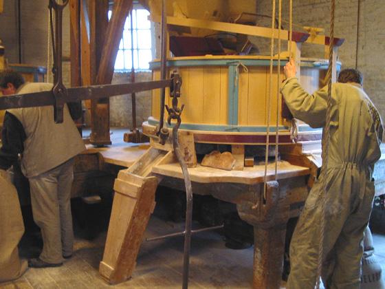 De Vrijheid, Schiedam, Rob Pols (13-2-2005)Malend met twee koppel.  | Database Nederlandse molens