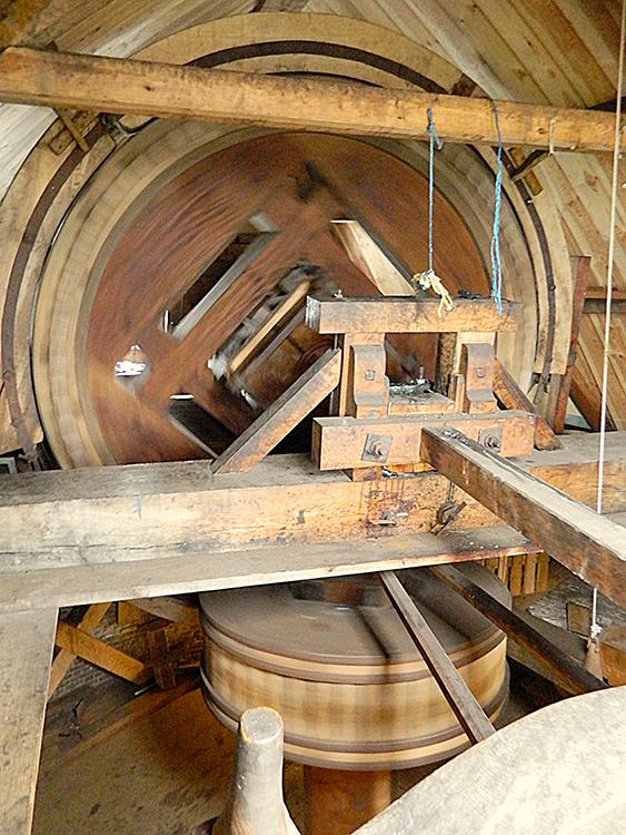 De Walvisch, Schiedam, Vincent Mepschen (16-11-2013). De karakteristieke constructie van een korte bovenas met een penstoel op de penbalk.   | Database Nederlandse molens